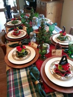 Christmas table* love the mason jar candles Christmas Dining Table, Christmas Candle Decorations, Christmas Table Settings, Christmas Tablescapes, Christmas Candles, Holiday Decor, Woodland Christmas, Cozy Christmas, Table Centerpieces