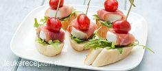 Met dit recept tover je makkelijk en snel een gezellig tapashapje met tomaat, geitenkaas en rauwe ham op tafel