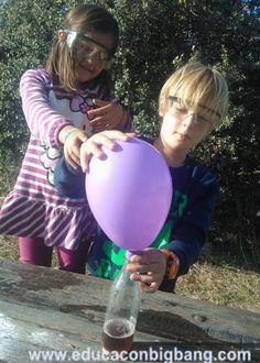 infla un globo con una botella vinagre y bicarbonato