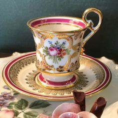 На данном изображении может находиться: кофейная чашка, напиток и в помещении Tea Cup Set, My Cup Of Tea, Tea Cup Saucer, Vintage Cups, Vintage Tea, Glamour Decor, Teapots And Cups, Teacups, Porcelain Mugs