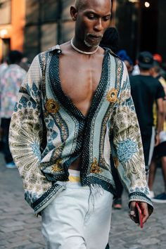 The Best Street Style from New York Fashion Week: Men's How the sartorially inclined get dressed when the temperatures outside are pushing triple digits at the New York Fashion Week: Men's Spring-Summer 2019 shows. Street Style Trends, New Street Style, Cool Street Fashion, African Street Style, Best Mens Fashion, Trendy Fashion, Man Fashion, Fashion Styles, Trendy Clothing