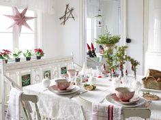 Dekoracje świąteczne w trzech kolorach - bieli, zieleni i czerwieni