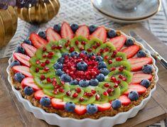 Hva er vel bedre enn en super enkel kake som både smaker kjempegodt og som samtidig er naturlig sunn? Denne kaken ble en stor favoritt hos alle i familien. Glutenfri, uten egg og mel, med bare gode naturlige ingredienser stappfull av god smak. Du kan gjøre klar bunnen flere dager i forveien og oppbevare den … Baking Recipes, Healthy Recipes, Vegan Snacks, Let Them Eat Cake, Chocolate Cake, Nom Nom, Food And Drink, Tasty, Sweets