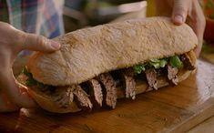 Hum! Jamie Oliver prepara um suculento sanduíche de carne tamanho família.