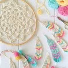You will discover how to crochet this beautiful Tunisian crochet feather pattern. Use this crochet feather as a bookmark or dangle from a dreamcatcher. Tunisian Crochet, Crochet Stitches, Knit Crochet, Crochet Patterns, Stitch Patterns, Crochet Feathers Free Pattern, Crochet Quilt, Crochet Jacket, Crochet Backpack