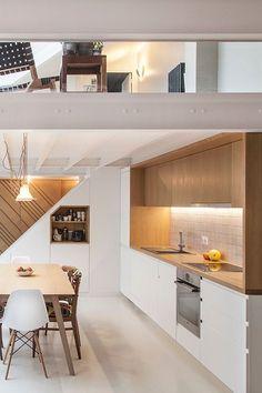 Une cuisine blanc-bois graphique dessine l'espace