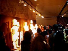 il pubblico osserva le statue arancioni