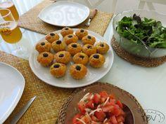 Queques de Alheira – a travessa das bolinhas vermelhas Waffles, Breakfast, Food, Al Dente, Polka Dot, Savory Snacks, Sweets, Entrance Halls, Morning Coffee
