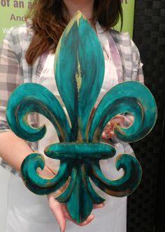 Fleur-de-Lis Door Hanger from a HOBNOB class Wooden Door Hangers, Wooden Doors, Wooden Signs, Burlap Crafts, Wood Crafts, Diy Crafts, Diy Fleur, Modern Rustic Decor, Wood Cutouts
