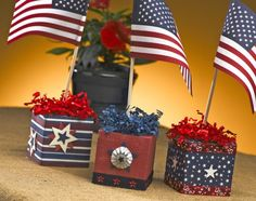 Patriotic paper craft:  Star Spangled Squares. This is a super-fast, 20-minute craft. Great summer centerpiece idea. #PatrioticCrafts