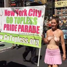Al #GoToplessDay hanno sfilato uomini e donne a seno nudo per rivendicare la parità dei sessi e il diritto di prendere il sole in spiaggia senza costume.