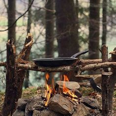 Preparing a nice fried dinner for the group with this setup. Tag a friend you'd cook dinner for. Double tap the image to show the love.  #natureaddict #bushcrafting #wildernessnation  Visit Survival Life TODAY for more bushcrafting facts and survival news. Click the #linkinbio  Repost from @globaloutdoorsurvivalclub  Photo by @guerrillasurvival