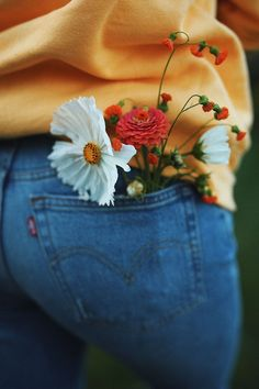back pocket blooms photography artsy WeLoveHome - All about joyful, soulful living Photo Portrait, Jolie Photo, Photography Poses, Photography Flowers, Spring Photography, Vsco Photography Inspiration, Aesthetic Photography Nature, Yellow Photography, Happy Photography