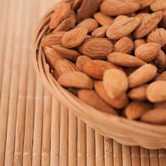 Almond butter benefits your health in a multitude of ways. Rich in protein and healthy fats, it curbs hunger, increases satiety and aids in weight loss. Raw Almonds, Roasted Almonds, Pistachios, Candida Albicans, Health Benefits Of Almonds, Snacks Saludables, Flat Abs, Lower Cholesterol, Recipes