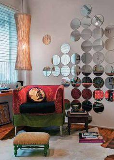 Ao se deslocar neste ambiente, percebemos que os círculos espelhados na parede promovem a sensação de movimento.