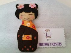 felt kokeshi doll from MIS COSITAS DE FIELTRO ... black kimono with embroidered stars ... flower in her hair ... sweet!!