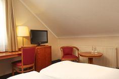 Blick auf den Schreibtisch und Sky-TV eines Superior-Doppelzimmers im RAMADA Hotel Lampertheim