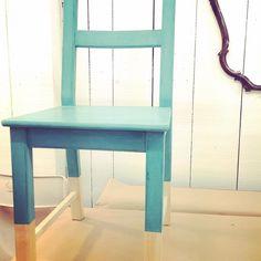Lunes lluvioso... prefieres pintarlo de #parisgrey o prefieres llenarlo de color? Por ejemplo con #chalkpaint en tono #provence de #anniesloan?  Mira qué cambio le hemos dado a esta silla de Ikea en #galeriapurpura  #enlacorre #tallerytienda #anniesloan #anniesloanstockist #disfrutando #diy #cursosytalleres #craft #mueblespintados #mueblesrecuperados #mueblestransformados #restauracion #reciclaje #tiendasconencanto #vitoriagasteiz