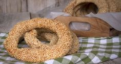Greek bagels by Greek chef Akis Petretzikis. Traditional Greek bagel-like bread rings with sesame seeds that are delicious and crunchy! Perfect for sandwiches! Greek Appetizers, Greek Desserts, Greek Recipes, Raw Food Recipes, Snacks Recipes, Healthy Snacks, Confectionery Recipe, Greek Bread, Sesame Bagel
