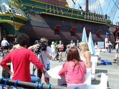 De belangstelling voor de #leukstezeilles bij het Scheepvaartmuseum is groot. Of komen de kinderen voor hun favoriete acteurs uit w.s.v. De Optimist?
