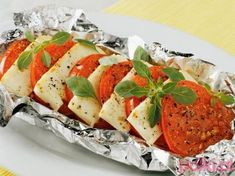 Halloumi cheese or goat cheese with roasted tomato Pizza Recipes, Salad Recipes, Cooking Recipes, Greek Recipes, Light Recipes, Finger Food Appetizers, Appetizer Recipes, Greek Dishes, Side Dishes