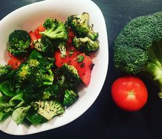 Salad with my favourite broccoli for dinner - I definitely like it  #healthyeating #cleaneating #meal #healthylifestyle #healthymeal #lowcarb #food #foodblogger #instafood #foodpics #cleankitchen #healthy #foodie #cooking #homemade #motivation #cookwithfussal #linz #superfood #fitnessfood #eatclean #powernutrition #fitfam by fussal93