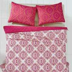 Are you a girly girl or do you have a girly girl? This Adria Bright Rose Queen Quilt Bundle (Quilt and 2 Standard Shams) - Primitive Star Quilt Shop is so perfect. Deep magenta on a crisp white background would make a perfect feminine bedroom makeover. https://www.primitivestarquiltshop.com/collections/adria-bright-rose-bedding #primitivecountrybedroomsbeddingandaccessories