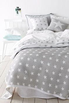 Jakardikuosinen päiväpeite polyesteriä. Hienopesu 40°. Nuku tähtien alla! Jakardikuosinen kuvio. 50% polyesteriä ja 50% polypropeenia. Hienopesu 40°. <br><br>100% polyesteriä<br>Pesu 40°
