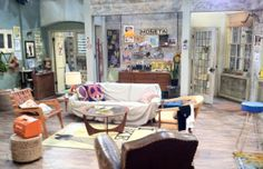 2 Broke Girls - The 10 Most Unrealistic Apartments in TV Shows & Movies Dining Room Inspiration, Home Decor Inspiration, Design Inspiration, Girls Apartment, Studio Apartment, Two Broke Girl, Indie Room, Home Tv, Girl Decor