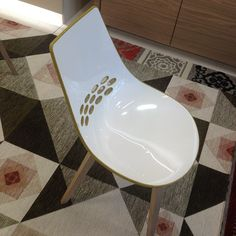 La chaise iconique chez Calligaris déclinée en une large palette de couleur / nouveau tapis aux inspirations ethniques #ddays #ddays15 #instadeco #design #paris #ruedubac #calligaris