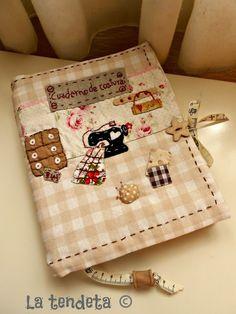 Bu kumaş kaplı defterleri çok seviyorum.Bir tane de kendime yapacağım.Aklıma gelen fikirleri yazdığım küçük bir defterim var. Onun yerine d... Fabric Crafts, Sewing Crafts, Sewing Projects, Diy Crafts, Sewing Case, Love Sewing, Patch Quilt, Applique Quilts, Fabric Book Covers