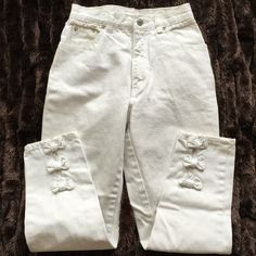 """Jordache HIGH RISE Bow Jeans Vintage Jordache HIGH RISE """"Bow"""" Jeans white, size 5/6, inseam 25 1/2"""", rise 10"""", zip & button fly. Classic 5 pockets.    3 """"BOWS"""" back  legs/bottom/center. Please See photos. 100% cotton. Made in Hong Kong. Jordache Jeans Ankle & Cropped"""