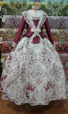 Preciosooooooo......... Victorian Gown, Victorian Fashion, Vintage Fashion, 18th Century Dress, 18th Century Fashion, Beautiful Costumes, Beautiful Outfits, 1700s Dresses, Vintage Dresses