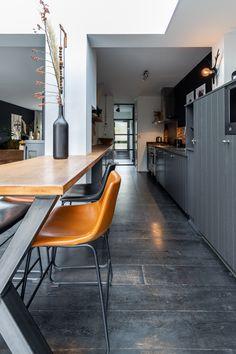 Credits foto @chielanl Conference Room, Interior Design, Table, Bar, Furniture, Home Decor, Nest Design, Decoration Home, Home Interior Design