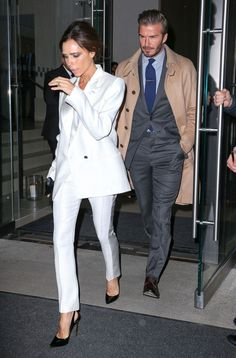 Pin for Later: Victoria Beckham and David Beckham Double the Suits on Date Night Who needs an LBD? For Victoria, it's all about the white suit separates. Victoria Beckham Outfits, David Und Victoria Beckham, Victoria Beckham Stil, Victoria And David, Beckham Suit, Beckham Soccer, David Beckham Style, White Suits, Estilo Fashion