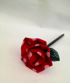 Rosa em tecido 100% algodão, ponteira de lápis.  Confeccionada em outras cores, pode ser colocado essência (Maça Verde, Lavanda ou Mamãe & Bebê )   As lembrancinhas irão embaladas individualmente no celofane, caso deseje o cartãozinho ele pode ser acrescentado por 0,40 cada.  ***Pedido mínimo 10 unidades**** R$ 4,00