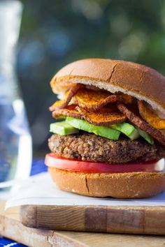 Easy Vegan Black Bean Burgers 25 Delicious Veggie Burger Recipes Even Carnivores Will Love Vegan Foods, Vegan Dishes, Healthy Foods, Burger Recipes, Vegetarian Recipes, Flammkuchen Vegan, Easy Freezer Meals, Black Bean Burgers, Think Food