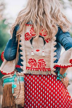 The ultimate bohemian jeans jacket you need to get your hands on now! The ultimate bohemian jeans jacket you need to get your hands on now! Hippie Stil, Mode Hippie, Bohemian Mode, Bohemian Style, Bohemian Gypsy, Bohemian Clothing, Bohemian Dresses, Vintage Bohemian, Look Fashion