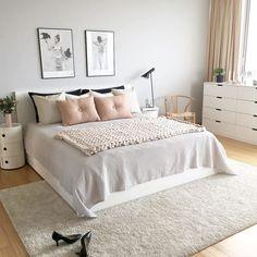El gris y el rosa son dos tonos que van de la mano, y no solo esto, también le regalarán a tu recámara vibras relajantes y estilosas.