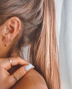 77 Ear piercing ideas for Women. Cute and Beautiful Ear piercing Ideas. Double Helix Piercing, Ear Piercing Studs, Helix Hoop, Fake Piercing, Cute Ear Piercings, Multiple Ear Piercings, Kylie Jenner Ear Piercings, Second Lobe Piercing, Unusual Piercings