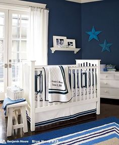 Love the dark blue with the white furniture for a boys nursery! snkriete