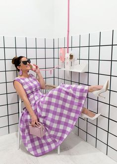 Retro Fashion ModCloth Purple Gingham Midi Dress - Jennifer Lake Style Charade in a ModCloth purple gingham midi dress, Tod's Gommino bag, Sam Edelman white pumps, Quay sunglasses, and BaubleBar earrings at a punk phone in Dallas Colorful Fashion, Retro Fashion, Vintage Fashion, Oufits Casual, Casual Dresses, Fit Flare Dress, Fit And Flare, Jules Supervielle, Chicago Fashion
