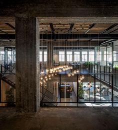 Despre amenajări de birouriwow ne-ai mai tot auzit povestind, însă În Tel Aviv n-am mai ajuns de la birourile Google încoace. De curând i-am descoperit pe Roy David Architecture, un birou de arhitectură care de curând s-a extins și în