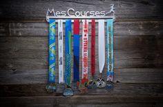 Support à médailles MES COURSES femme entièrement fait au Québec!