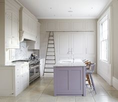 The Islet kitchen accent - waarom en hoe kiezen voor dit soort decor? Grey Kitchens, Bespoke Kitchens, Home Kitchens, Purple Kitchen Cabinets, White Cabinets, Ikea Hacks, Mismatched Dining Chairs, English Interior, Bohemian Living Rooms