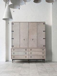 armário revestido de couro claro