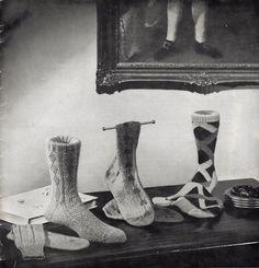 Je vous partage aujourd'hui un de mes livret de tricot vintage. Tous lespatrons sont en français. Tout droit sorti des années 50 (Régent Vol. No. 20), c'est un petit trésor à conserv… Knitting Projects, Knitting Patterns, Knitting Socks, Hui, Painting, Vintage Knitting, Free Knitting, Paper Pieced Patterns, Glove