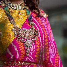 Pink Bandhani Saree With Mustard Silk Saree Blouse. Sari Blouse Designs, Fancy Blouse Designs, Saree Blouse Patterns, Trendy Sarees, Stylish Sarees, Fancy Sarees, Bandhani Saree, Silk Sarees, Saris