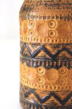 Kleine Mid Century Henkelvase von Bay Keramik. Die Vase hat ein abstraktes geometrisches Muster. Schöne matte Glasur mit verschiedenen Schattierungen in ockergelb und braun. Innen ist die Vase braun lasiert.  Die Vase ist in einem sehr guten Vintage Zustand.  Maße: Höhe: 20 cm | 7.87 inch Gewicht: 466 g  Gemarkt: 224-20 | Bay W.Germany  Der Versand erfolgt aus Deutschland! Kombiversand möglich. Bitte Endporto anfragen. Die Ware wird immer sicher für den Versand verpackt.  Overpayed shipping…