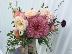 Brides bouquet rustic vintage boho large dahlias garden roses loose david austin unstructured peach pink posy flowers wedding instagram@ivyandlaceloves